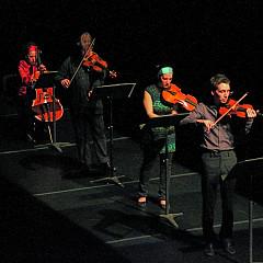 Quatuor Bozzini interprétant le deuxième mouvement de la pièce Le mensonge et l'identité de Jean Derome et Joane Hétu [Photo: Bruno Massenet, Montréal (Québec), 21 février 2010]