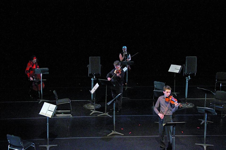Quatuor Bozzini interprétant le troisième mouvement de la pièce Le mensonge et l'identité de Jean Derome et Joane Hétu [Photo: Bruno Massenet, Montréal (Québec), 21 février 2010]