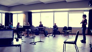 Composer's Kitchen 2013 avec Amber Priestley, Seán Clancy, Michael Oesterle, Laurence Crane et Marielle Groven (debout) [Photo: Lianne Finnie, Montréal (Québec), avril 2013]