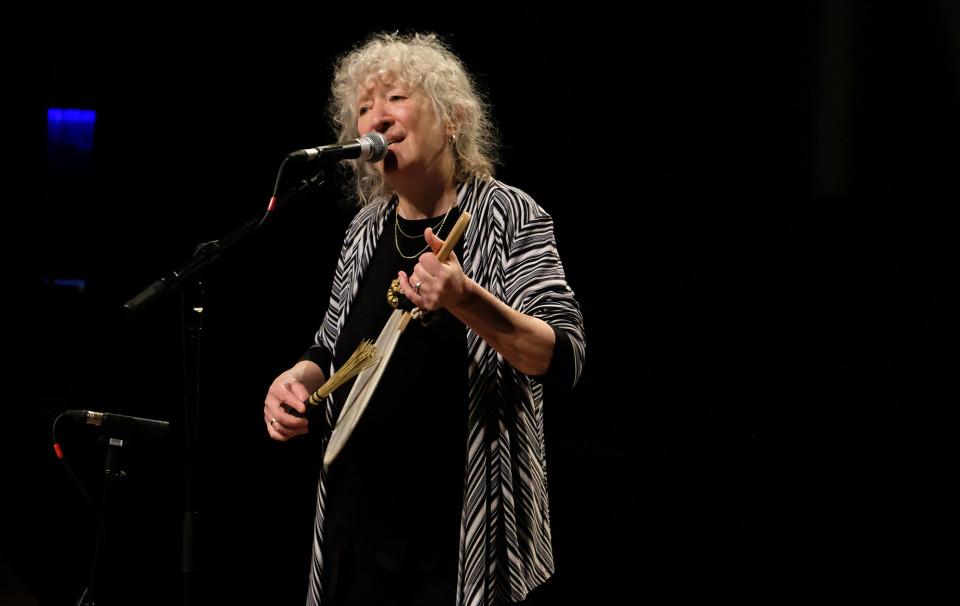 Danielle Palardy Roger during the Le cabaret qui ruisselle concert, as part of the Montréal / Nouvelles Musiques 2021 festival. [Photograph: Céline Côté, Montréal (Québec), February 24, 2021]