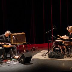 Danielle Palardy Roger et Fred Frith au Festival des musiques de création (FMC) [Photo: Alain Dumas, Jonquière (Québec), 19 mai 2006]