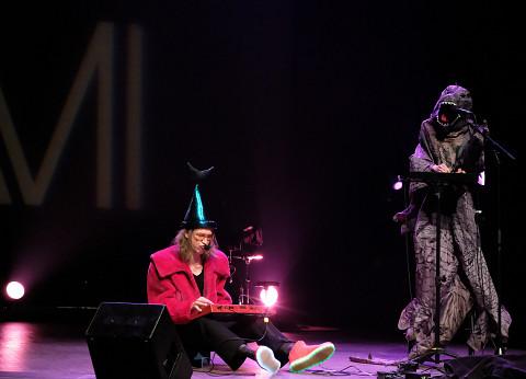 Vergil Sharkya' et Kathy Kennedy lors du concert Le cabaret qui ruisselle, dans le cadre du festival Montréal / Nouvelles Musiques 2021. [Photo: Céline Côté, Montréal (Québec), 24 février 2021]