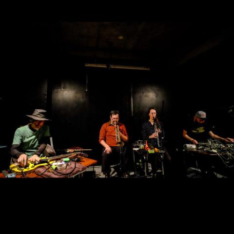 Sound of the Mountain, Craig Pedersen, Akiyama Tetuzi, Elizabeth Millar, Toshimaru Nakamura [Photo: Akira Saito, Tokyo (Japon), octobre 2018]