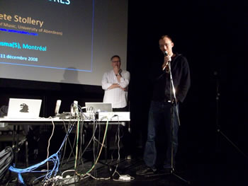 Pete Stollery (en arrière-plan) et Louis Dufort lors d'une conférence au Conservatoire de musique de Montréal [Photo: Nicolas Bernier, Montréal (Québec), 11 décembre 2008]