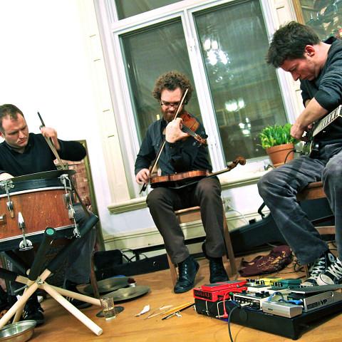 Les membres de Subtle Lip Can de gauche à droite: Bernard Falaise; Isaiah Ceccarelli; Joshua Zubot [Photo: Chrissy Cheung, Montréal (Québec), 1 juin 2012]