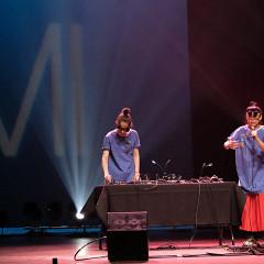 Tamayugé (Tamara Filyavich, Maya Kuroki) lors du concert Le cabaret qui ruisselle, dans le cadre du festival Montréal / Nouvelles Musiques 2021. [Photo: Céline Côté, Montréal (Québec), 24 février 2021]