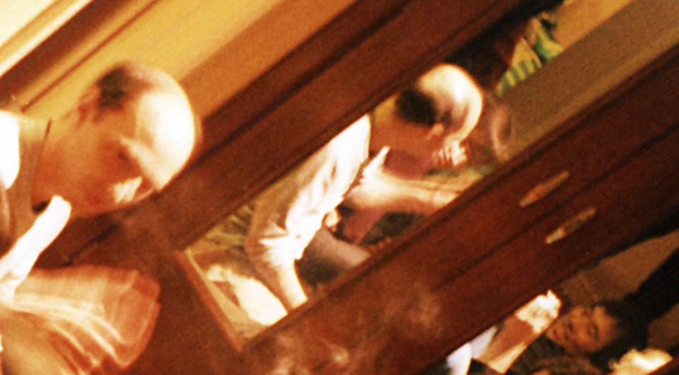 Martin Tétreault, Otomo Yoshihide (dans la réflection du mirroir) [Photo: Janek Schaefer, mai 2002]
