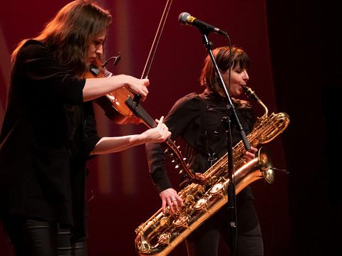 Jennifer Thiessen et Ida Toninato lors du concert Le cabaret qui ruisselle, dans le cadre du festival Montréal / Nouvelles Musiques 2021. [Photo: Jérôme Bertrand, Montréal (Québec), 24 février 2021]