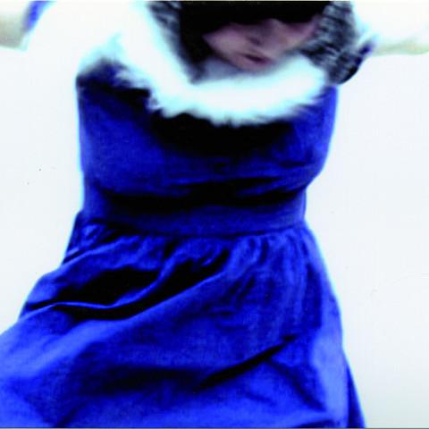 Alice Tougas St-Jak en plein vol lors d'une répétition de La femme territoire ou 21 fragments d'humus de Joane Hétu [Photograph: Mélanie Ladouceur, Montréal (Québec), December 2, 2009]