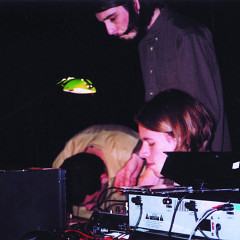 A_dontigny, David Turgeon et Jon Vaughn interprétant une version «trio» de Camp socialiste, lors du festival Digidome, Saskatoon [Saskatoon (Saskatchewan, Canada), 28 septembre 2002]