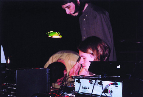 A_dontigny, David Turgeon et Jon Vaughn interprétant une version «trio» de Camp socialiste, lors du festival Digidome, Saskatoon [Saskatoon (Saskatchewan, Canada), 28 septembre 2002]