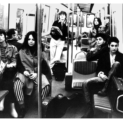 Wondeur Brass (Martine Leclercq; Judith Gruber-Stitzer; Danielle Palardy Roger; Joane Hétu; Gin Bergeron; Diane Labrosse; Claude Hamel) dans le métro de Montréal [Photograph: Suzanne Girard, Montréal (Québec), 1982]